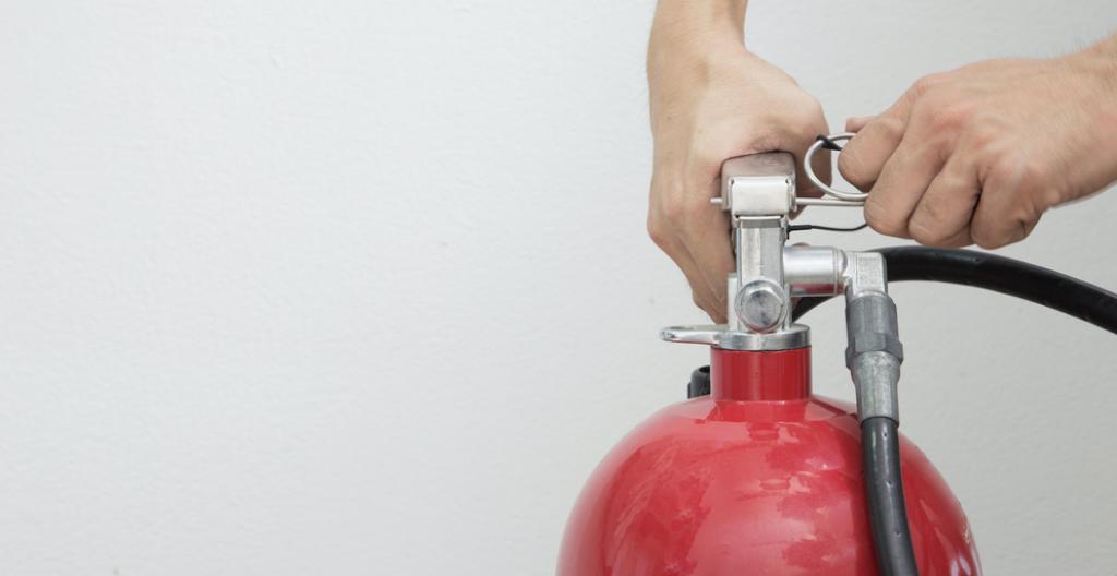 cómo sofocar un incendio con un extintor