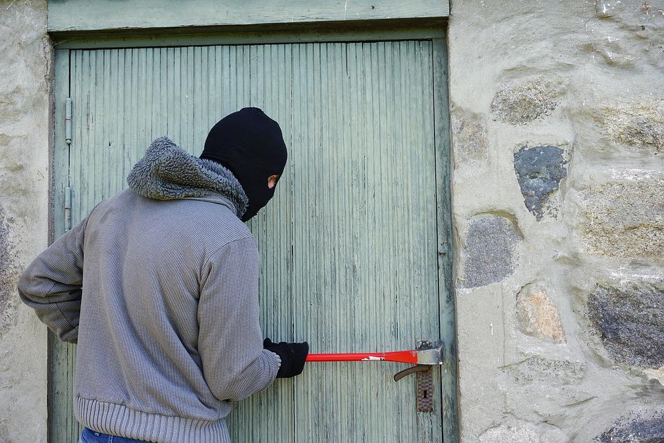 ejemplo ladrón intentando asaltar una propiedad