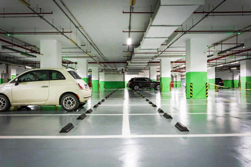 ejemplo de aparcamiento bien iluminado
